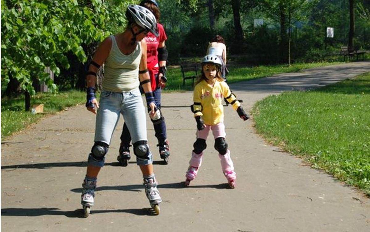 mamá patinando con su hija en el parque